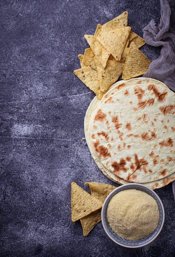 Мексиканские tortillas, обломоки nacho и мука мозоли стоковые изображения