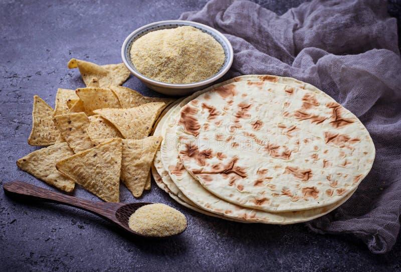 Мексиканские tortillas, обломоки nacho и мука мозоли стоковые фотографии rf