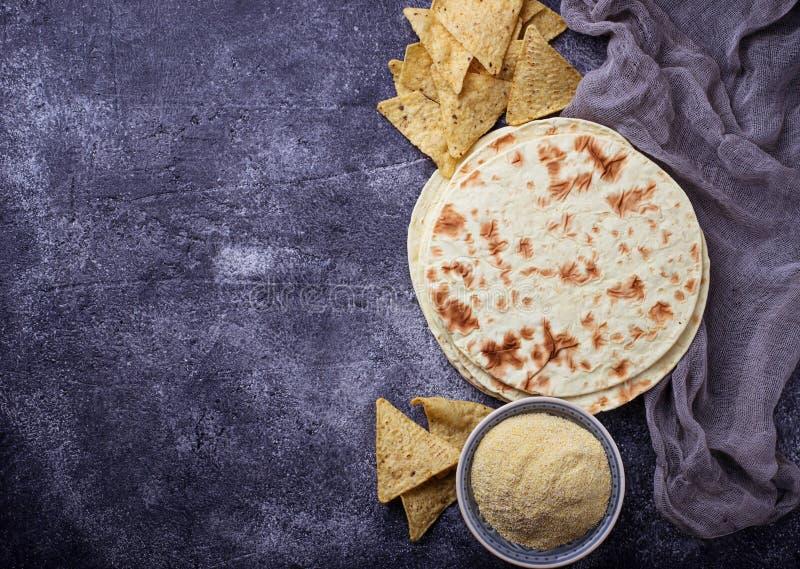 Мексиканские tortillas, обломоки nacho и мука мозоли стоковое изображение rf