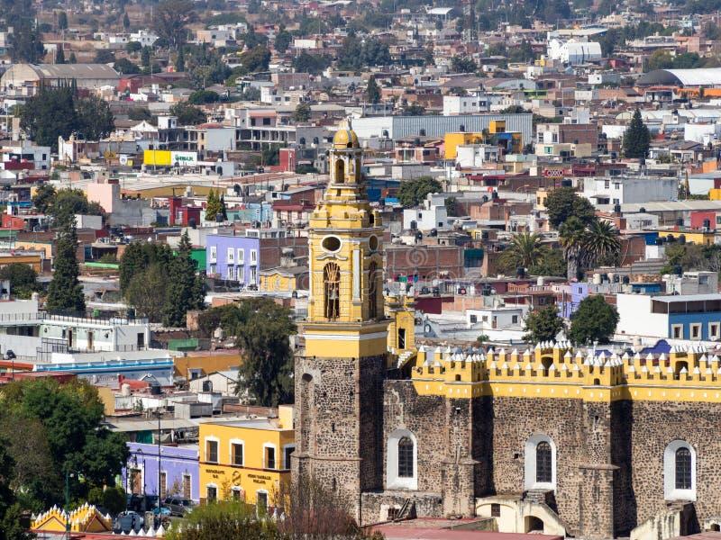 Мексиканский городок Cholula с красочными зданиями и церковью, собором стоковые фотографии rf