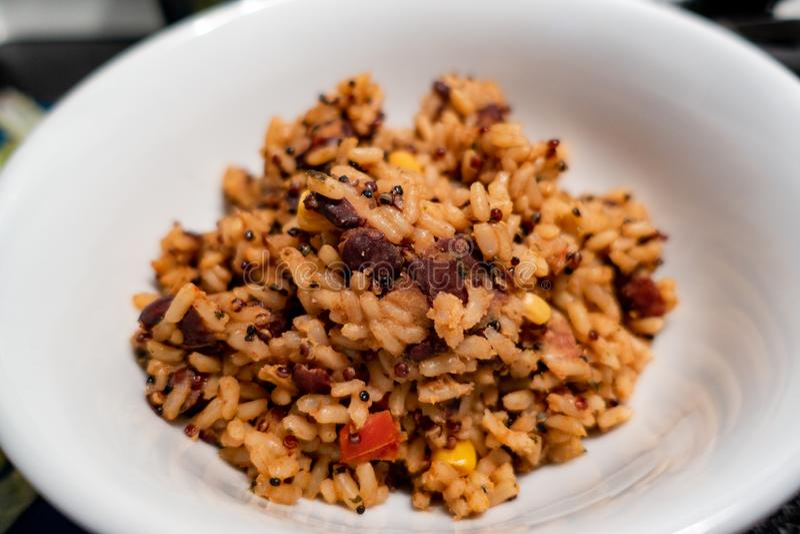 Мексиканский конец-вверх блюда риса в белом шаре стоковые фото