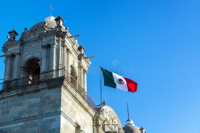 Мексиканский флаг и церковь стоковые фото