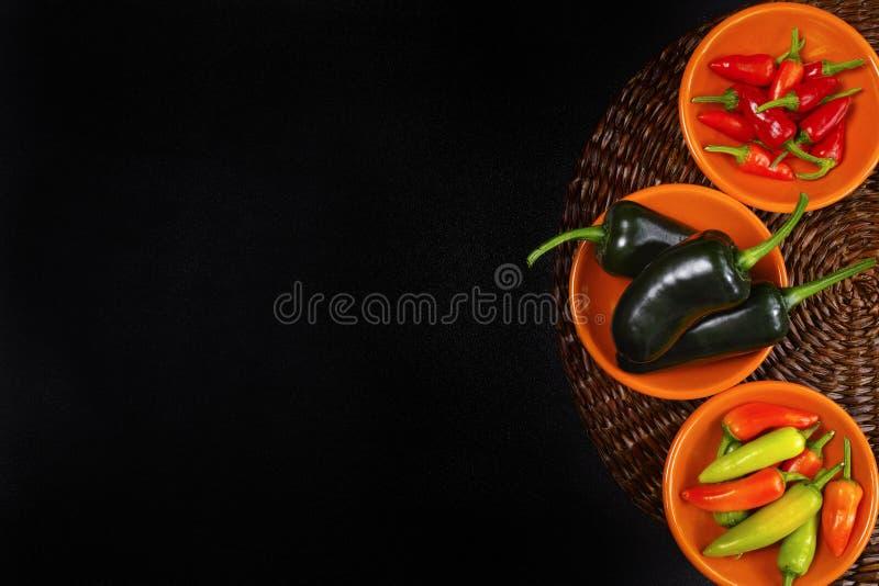 Мексиканский jalapeno смешивания перцев горячего chili красочный на оранжевых шарах стоковые фото