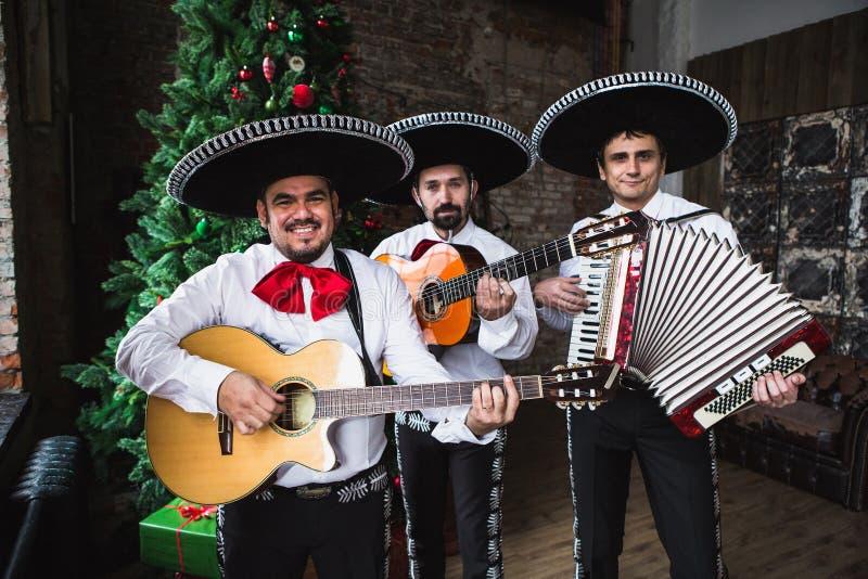 Мексиканский mariachi музыкантов в студии стоковая фотография