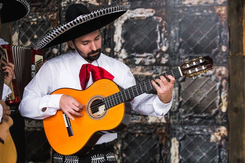 Мексиканский mariachi музыкантов в студии стоковые фото