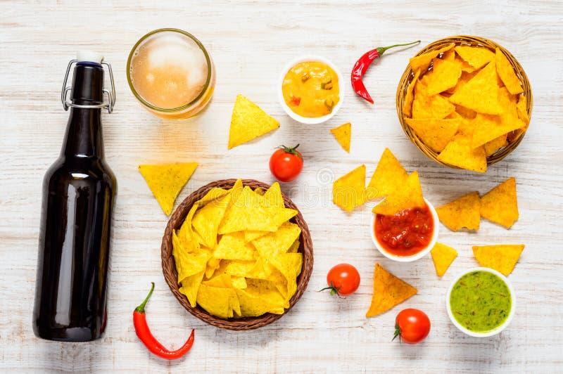 Мексиканский Tortilla с погружением и пивом стоковое фото