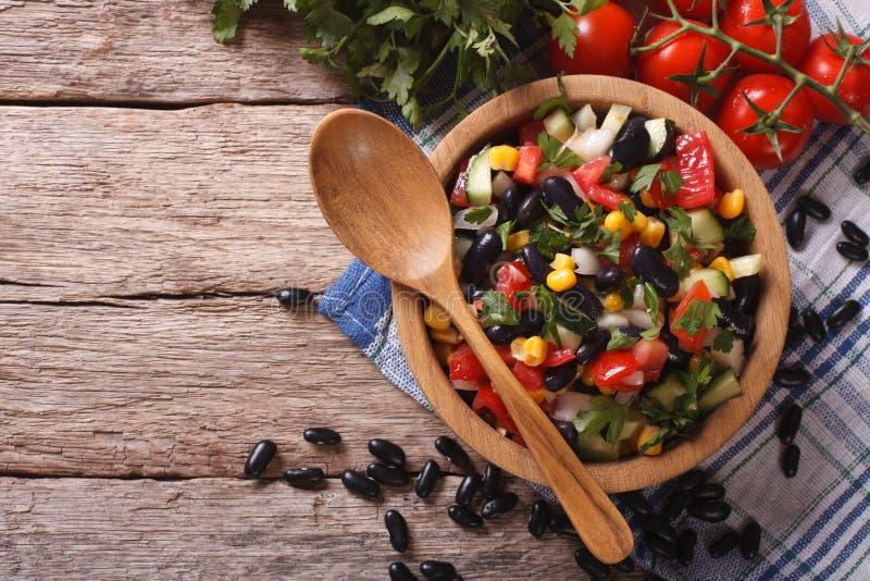 Мексиканский vegetable салат в деревянном шаре, конец-вверх горизонтальный к стоковое изображение