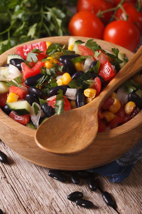 Мексиканский vegetable салат в крупном плане и ингридиентах шара вертикальных стоковое фото