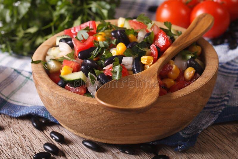 Мексиканский vegetable салат на крупном плане плиты и горизонте ингридиентов стоковая фотография