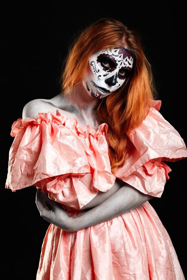 Мексиканское искусство тела Бог смерти Девушка Redhead в peachy платье Изверг женщины Творческий темный состав стоковое фото