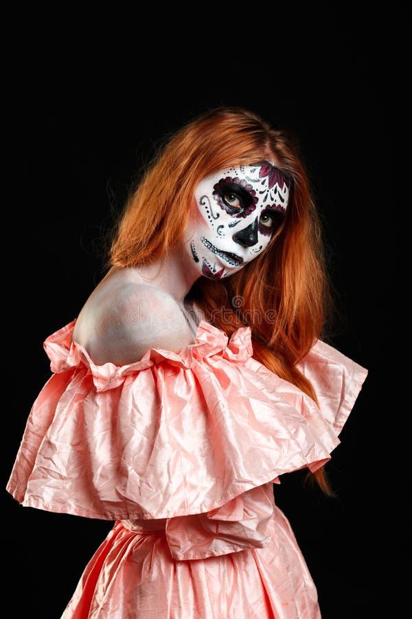 Мексиканское искусство тела Бог смерти Девушка Redhead в peachy платье Изверг женщины Творческий темный состав стоковые фотографии rf
