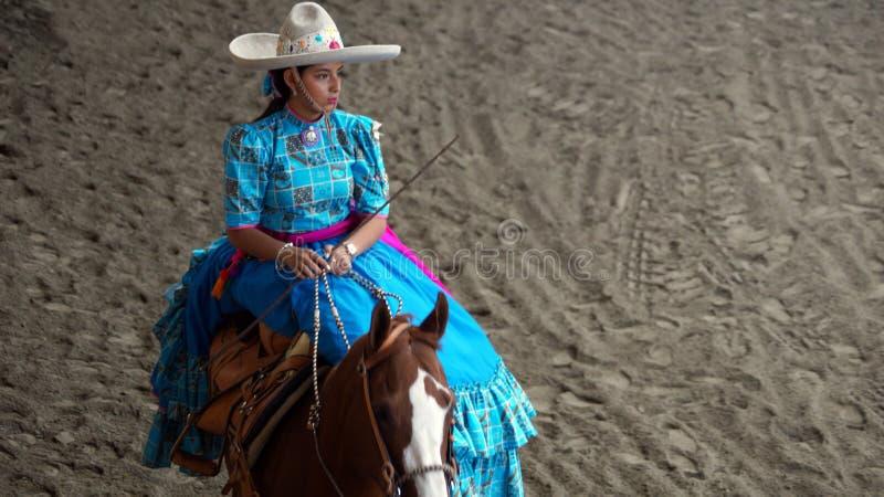 Мексиканское adelita в голубом платье стоковые фотографии rf