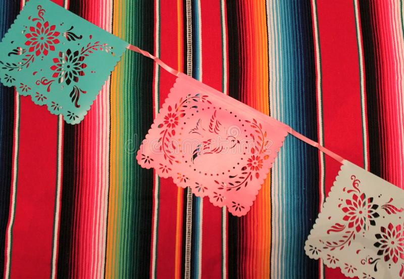 Мексиканськая овсянка украшения de mayo cinco фиесты предпосылки черепа sombrero плащпалаты стоковое изображение rf