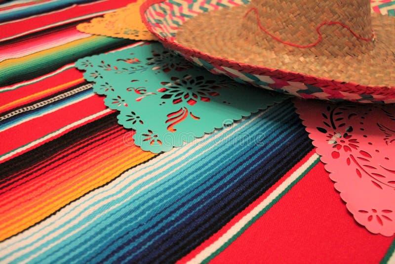 Мексиканськая овсянка украшения de mayo cinco фиесты предпосылки черепа sombrero плащпалаты стоковая фотография