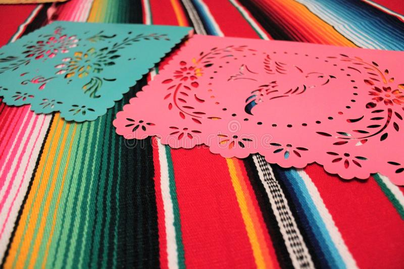 Мексиканськая овсянка украшения de mayo cinco фиесты предпосылки черепа sombrero плащпалаты стоковые фото