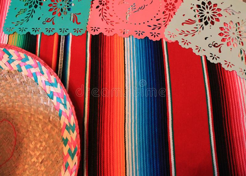 Мексиканськая овсянка украшения de mayo cinco фиесты предпосылки черепа sombrero плащпалаты стоковая фотография rf