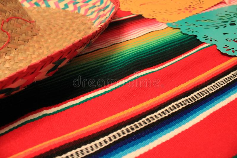Мексиканськая овсянка украшения de mayo cinco фиесты предпосылки черепа sombrero плащпалаты стоковые изображения rf