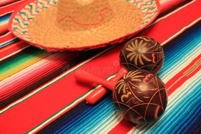 Мексиканськая овсянка украшения de mayo cinco фиесты предпосылки maracas sombrero плащпалаты стоковая фотография rf