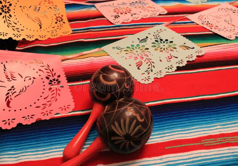 Мексиканськая овсянка украшения de mayo cinco фиесты предпосылки maracas sombrero плащпалаты стоковые фото
