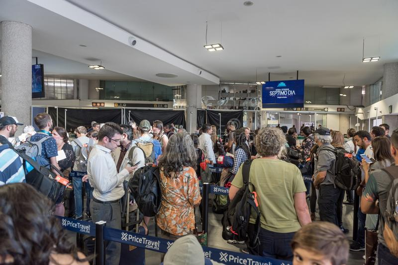 МЕКСИКА - 22-ОЕ НОЯБРЯ 2017: Мексиканський международный аэропорт Люди ждать в линиях для индивидуального обслуживания стоковые фотографии rf