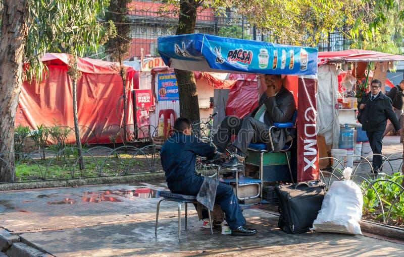 МЕКСИКА - 19-ОЕ ОКТЯБРЯ 2017: Мексиканський городской пейзаж утра с ботинками местных людей очищая стоковое фото