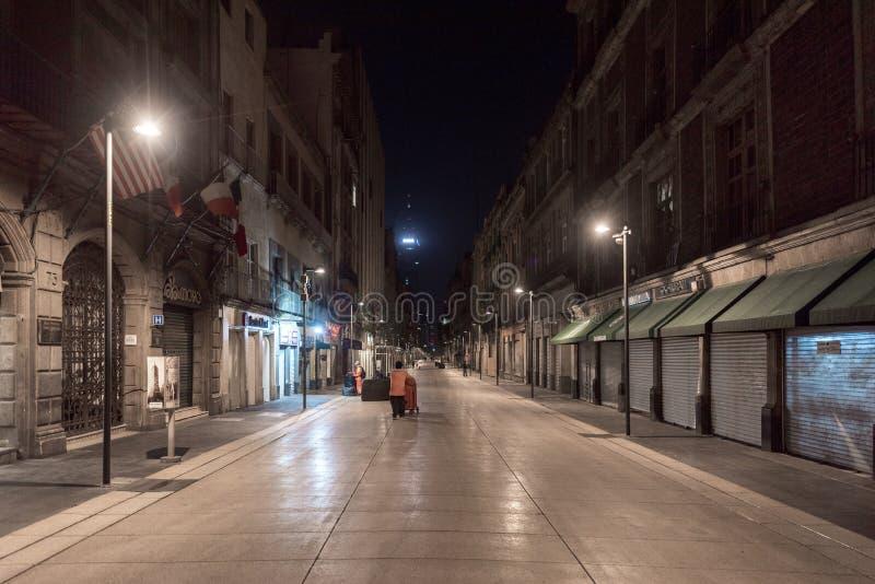 МЕКСИКА - 19-ОЕ ОКТЯБРЯ 2017: Мехико и пустая улица ночи внутри к центру города стоковые изображения