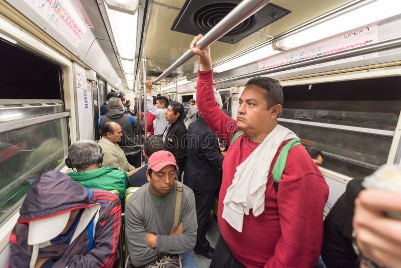 МЕКСИКА - 19-ОЕ ОКТЯБРЯ 2017: Подполье Мексики и метро метро с трассой утра и спать людьми стоковое изображение rf