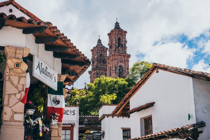 МЕКСИКА - 22-ОЕ СЕНТЯБРЯ: Башни собора и traditi Taxco стоковые изображения rf