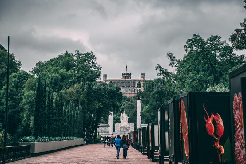МЕКСИКА - 29-ОЕ СЕНТЯБРЯ: Замок Chapultepec издалека, SEPT. стоковая фотография rf
