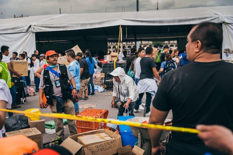 МЕКСИКА - 20-ОЕ СЕНТЯБРЯ: Люди вызываясь добровольцем в центре собрания собрать обеспечения и поставки для жертв землетрясения стоковое фото rf