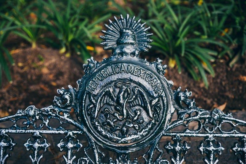 МЕКСИКА - 19-ОЕ СЕНТЯБРЯ: Эмблема на скамейке в парке на лесе Chapultepec стоковые изображения rf