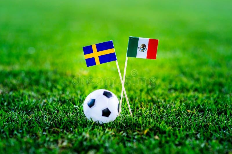 Мексика - Швеция, группа f, Wednesday, 27 Футбол -го июнь, кубок мира, Россия 2018, национальные флаги на зеленой траве, белом ba стоковые изображения