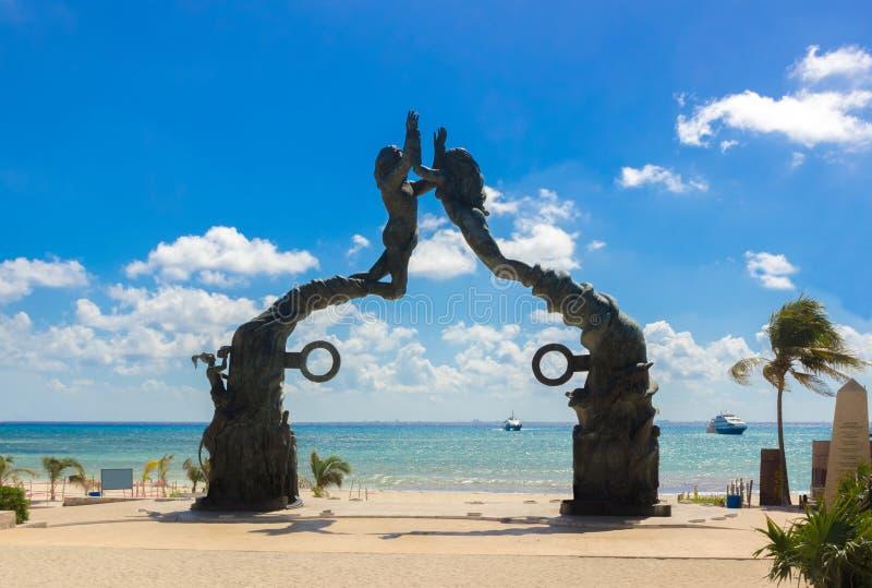 Мексика, Playa del Carmen, ворот портальной скульптуры Майя майяское стоковая фотография rf