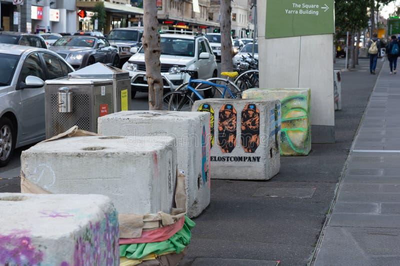 Мельбурн, Австралия - 6-ое июля 2018: Временные палы Анти--терроризма на месте в улице щепок ` s Мельбурна, кроме Federatio стоковая фотография rf