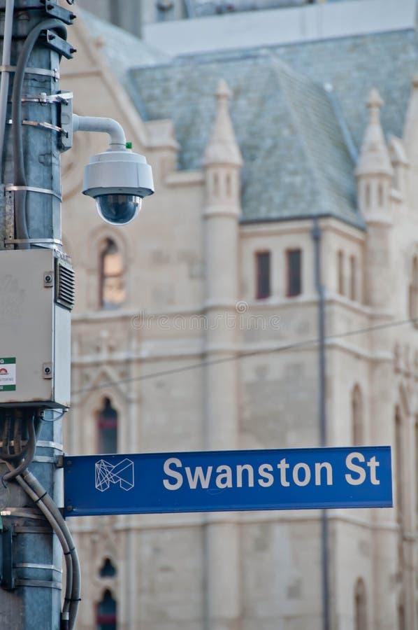 МЕЛЬБУРН, АВСТРАЛИЯ - 29-ОЕ ИЮЛЯ 2018: Пешеход на открытом воздухе камеры улицы CCTV наблюдения наблюдая около церков собора St P стоковое изображение rf