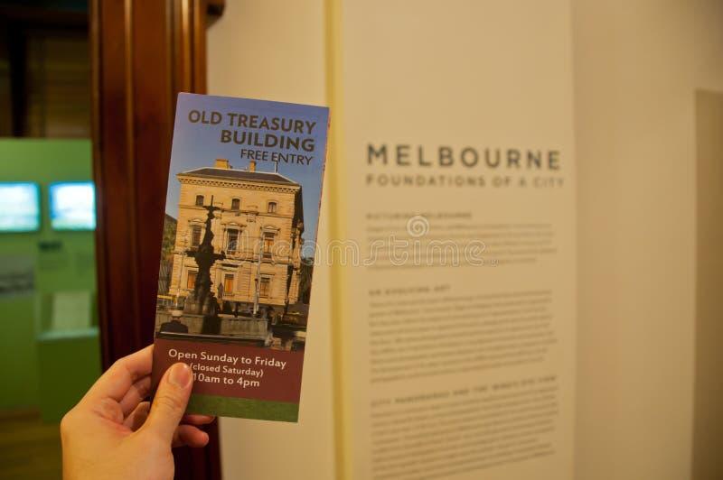 МЕЛЬБУРН, АВСТРАЛИЯ - 26-ОЕ ИЮЛЯ 2018: Старая брошюра здания казначейства держа левой рукой в Мельбурне Австралии стоковые изображения rf