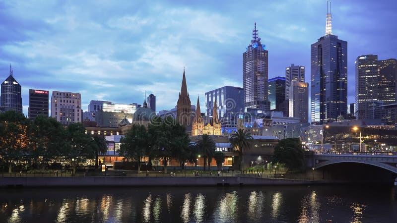 МЕЛЬБУРН, АВСТРАЛИЯ 12-ОЕ НОЯБРЯ 2016: ночь снятая центра реки и Мельбурна yarra стоковое изображение rf