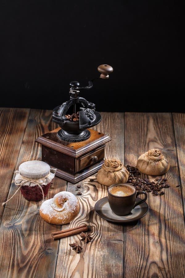 Мельница и крен кофе стоковые фотографии rf