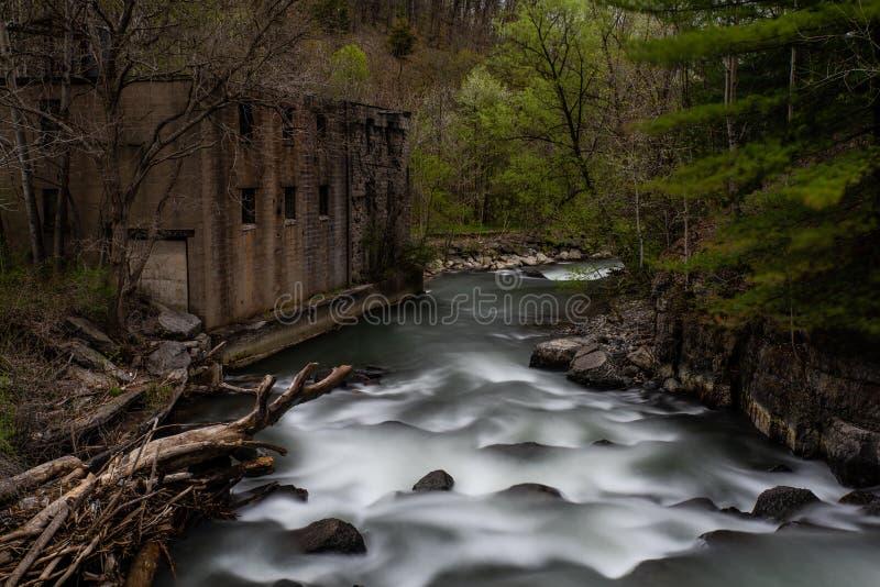 Мельница каскада падает - долгая выдержка - водопад/каскад - сезон осени - Ithaca, Нью-Йорк стоковое фото rf
