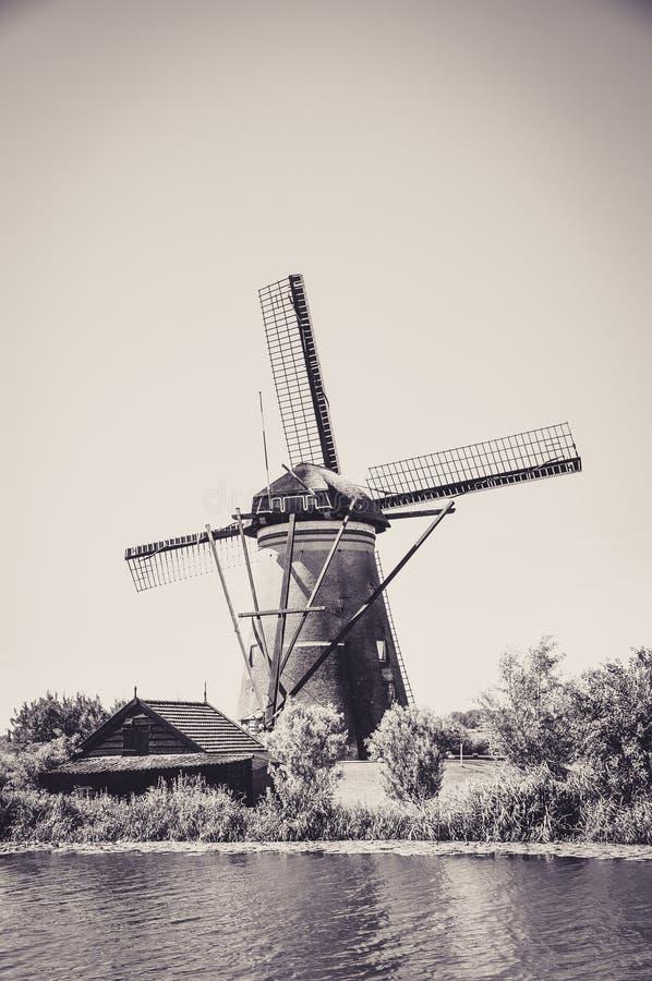 Мельницы рекой в Kinderdijk стоковые фото