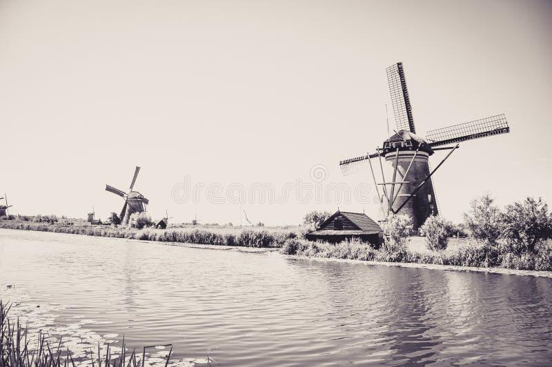 Мельницы рекой в Kinderdijk стоковое изображение