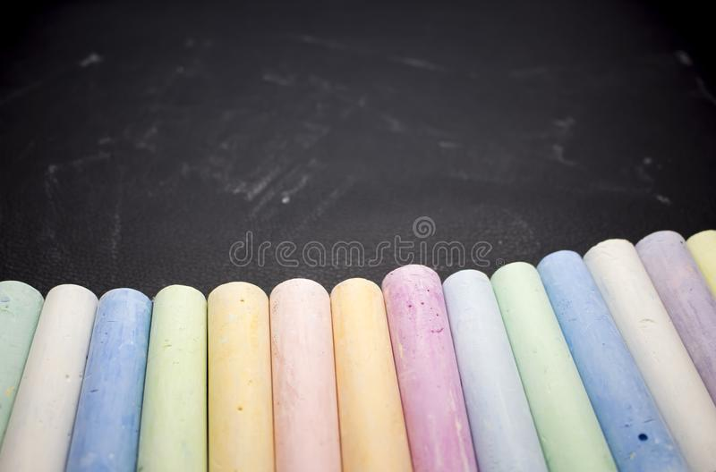Мел в разнообразие цветах на черной предпосылке стоковые изображения rf