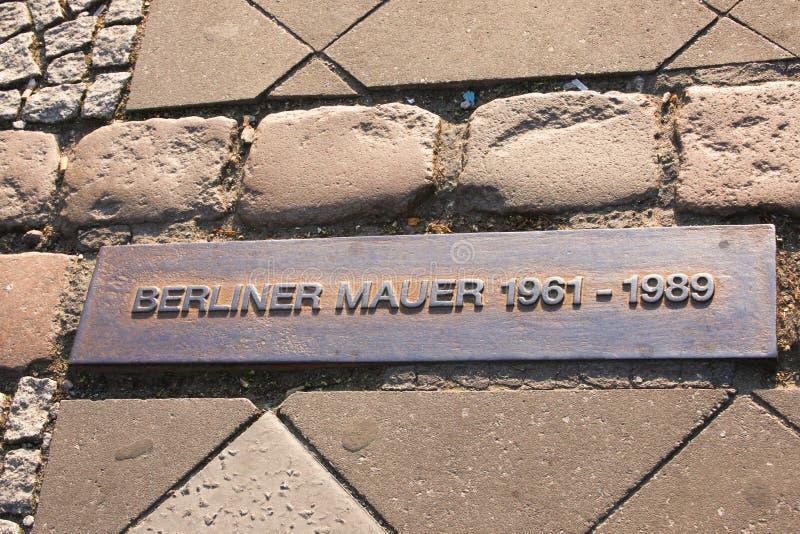 Мемориальная плита где стена берлинца была стоковые фото