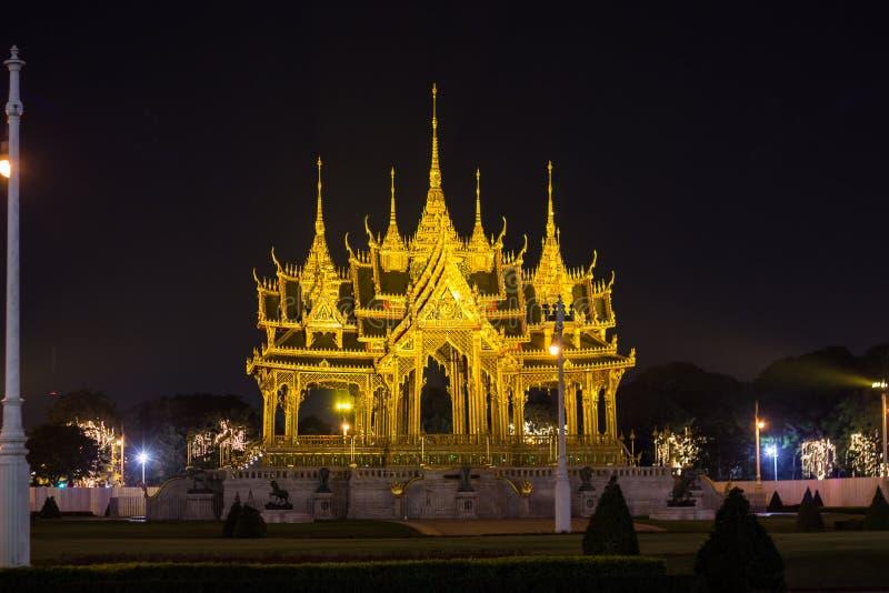 Мемориальные кроны эгиды или павильона Borommangalanusarani в зоне трона Hall Anantasamakhom, тайский королевский дворец Dusit, стоковые фотографии rf