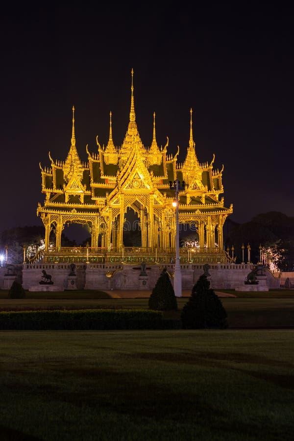 Мемориальные кроны эгиды или павильона Borommangalanusarani в зоне трона Hall Anantasamakhom, тайский королевский дворец Dusit, стоковая фотография