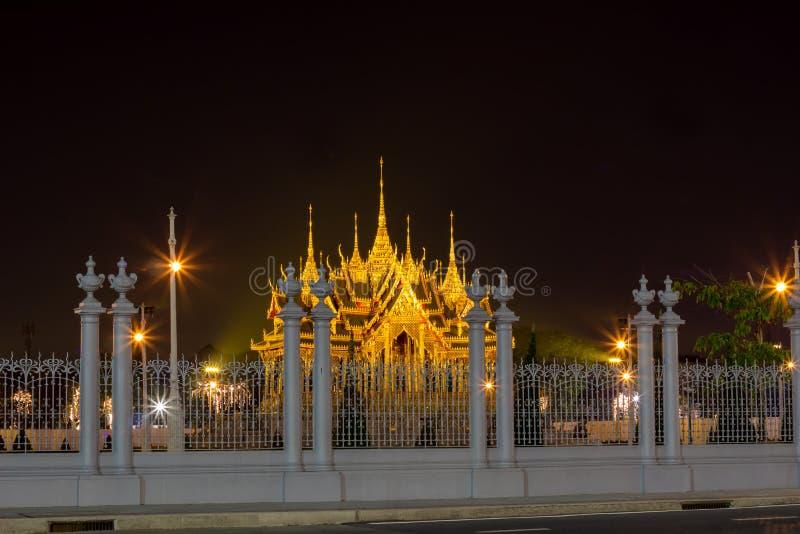 Мемориальные кроны эгиды или павильона Borommangalanusarani в зоне трона Hall Anantasamakhom, тайский королевский дворец Dusit, стоковые изображения rf