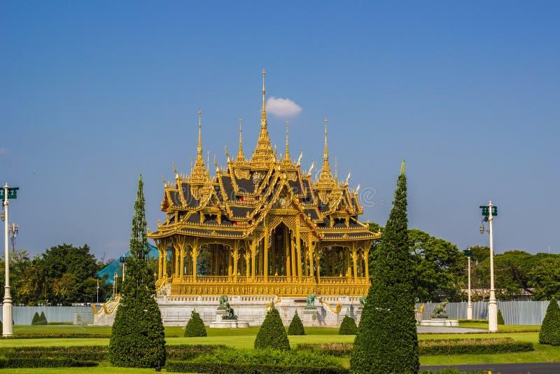 Мемориальные кроны эгиды или павильона Borommangalanusarani в зоне трона Hall Anantasamakhom, тайский королевский дворец Dusit, стоковое изображение