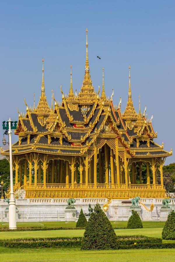 Мемориальные кроны эгиды или павильона Borommangalanusarani в зоне трона Hall Anantasamakhom, тайский королевский дворец Dusit, стоковые изображения