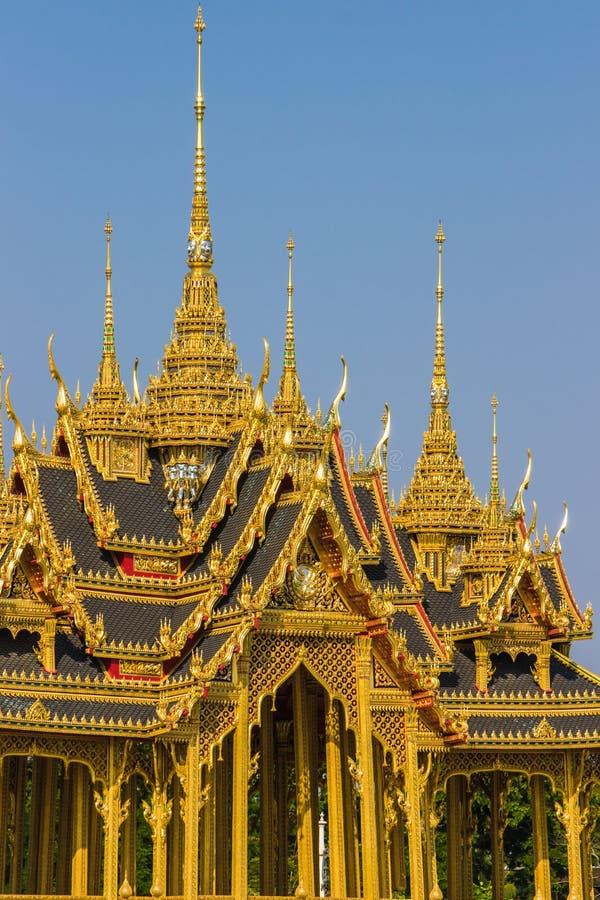 Мемориальные кроны эгиды или павильона Borommangalanusarani в зоне трона Hall Anantasamakhom, тайский королевский дворец Dusit, стоковая фотография rf