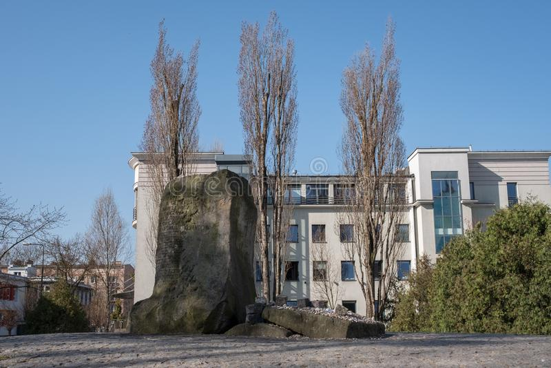 Мемориальный камень на Ulica Mila 18, бункер штабов еврейских участников Сопротивления в гетто Варшавы, Польше стоковые изображения rf